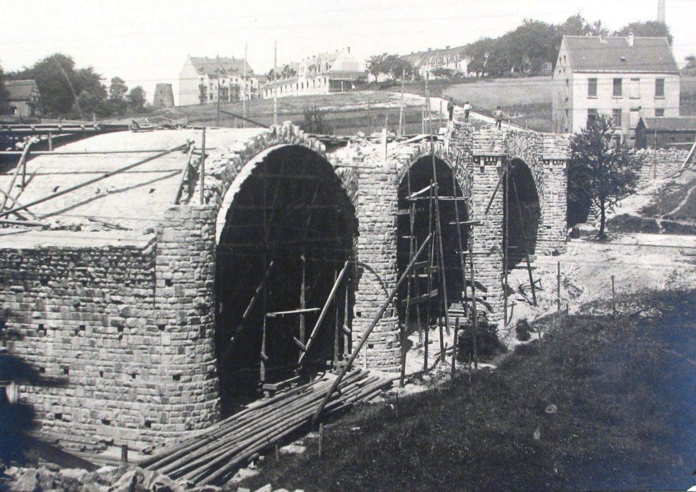 Die Brücke und die ersten Gebäude.