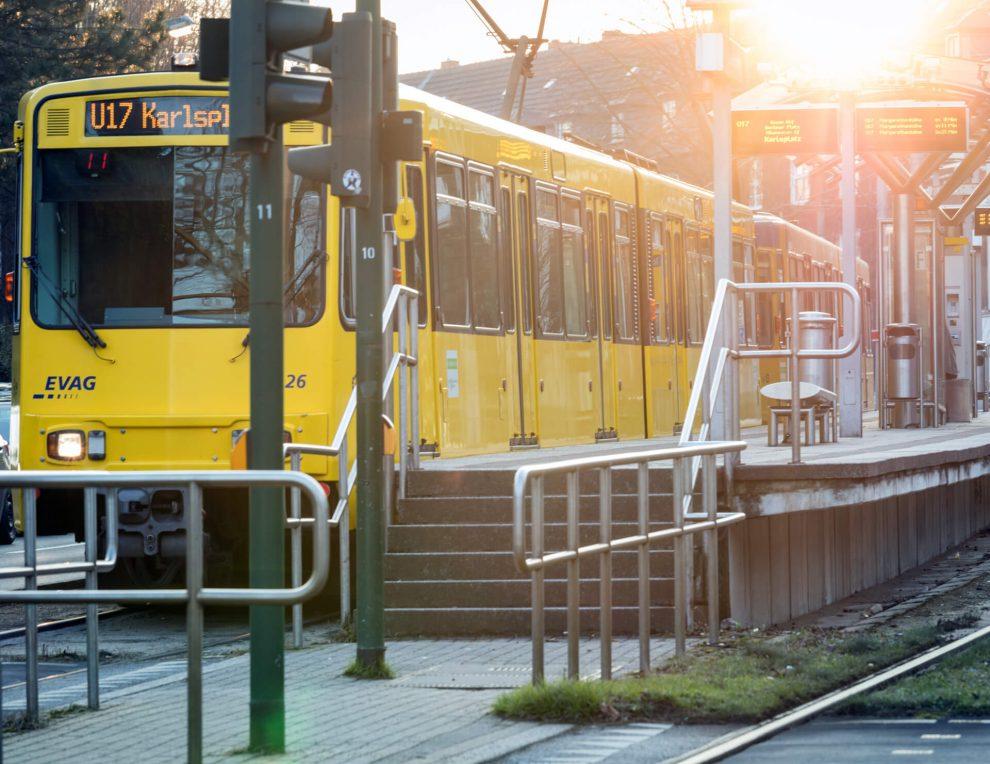 Die Straßenbahn kommt.